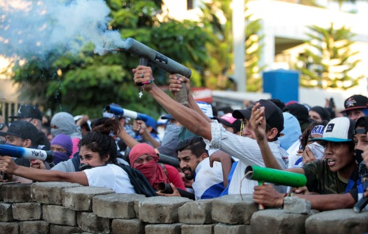 Demonstrators fire a homemade mortar during a protest against Nicaragua's President Daniel Ortega's government in Managua, Nicaragua May 30, 2018. REUTERS/Oswaldo Rivas - RC1FEE3EBB30